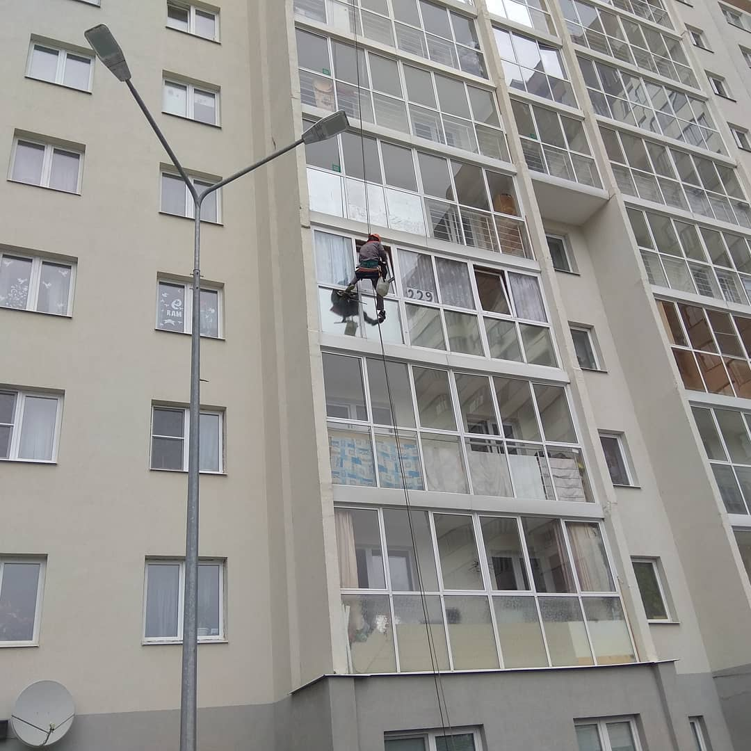 Мойка остекления фасада жилых домов